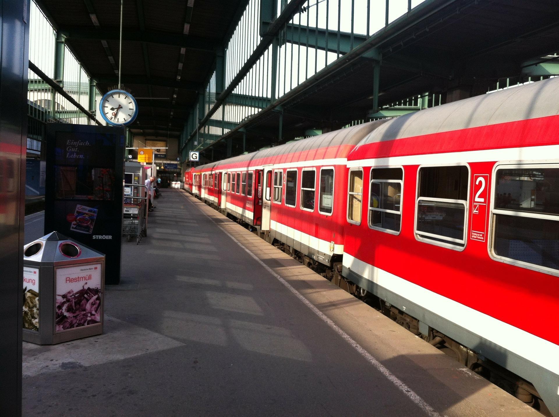 Unbekannter zeigt Mädchen Porno-Video im Zug - Stuttgart
